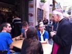 Il vescovo Dante si intrattiene con alcuni giovani.